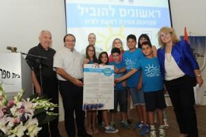 ראש העיר מקבל את אמנת הילדים1